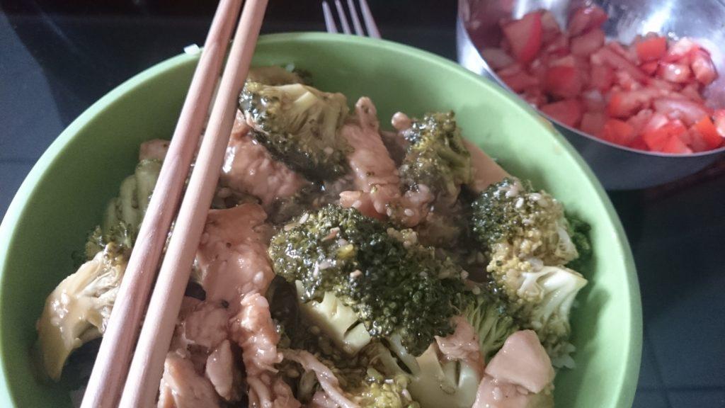Das Honig-Brokoli-Huhn in einer Schüssel mit Reis
