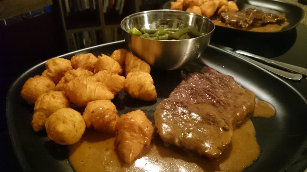 Honig-Steak mit Kroketten und Bohnensalat