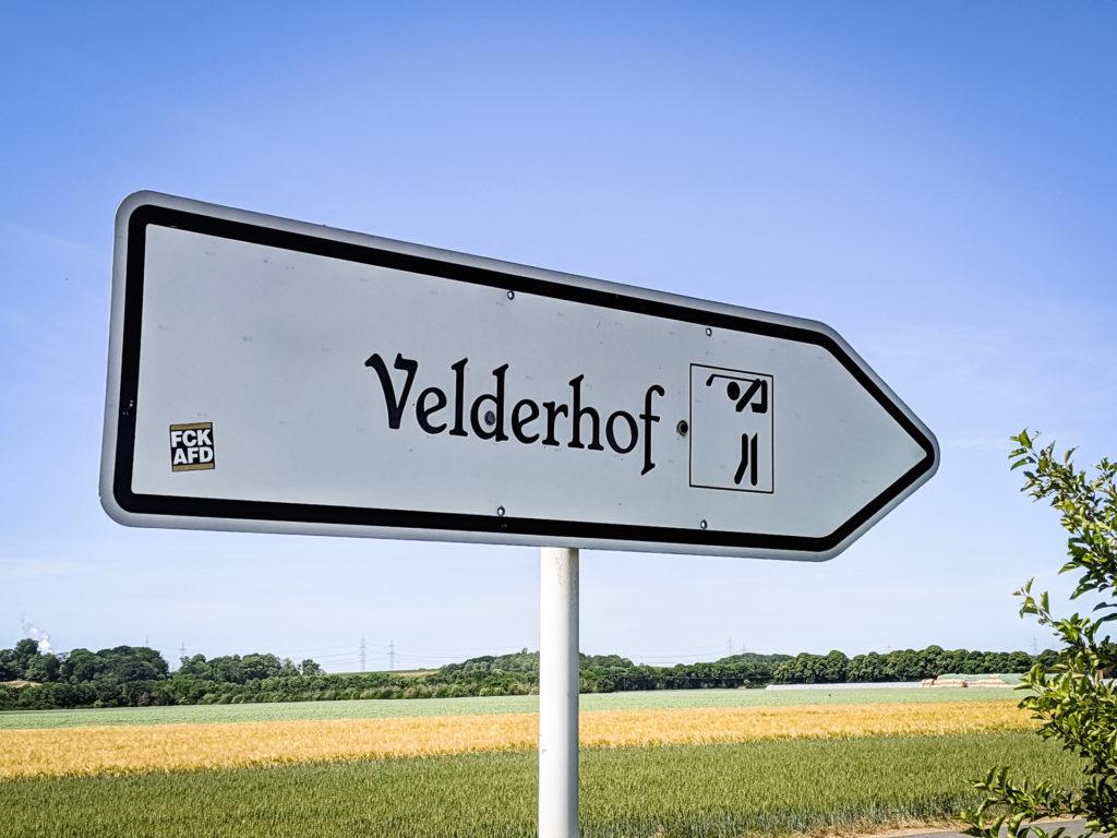 Hinweisschild zum Goflplatz Gut Velderhof in Pulheim